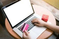 Concept en ligne de achat avec l'écran vide d'ordinateur portable Images libres de droits