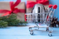 Concept en ligne de achat de commerce électronique avec le boîte-cadeau de Joyeux Noël ou présent sur le fond en bois bleu photos stock