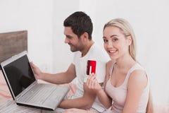 Concept en ligne de achat de jeunes couples Photos stock