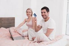 Concept en ligne de achat de jeunes couples Photo libre de droits