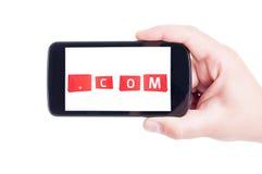 Concept en ligne de boutique avec des paniers sur le smartphone images stock