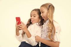 Concept en ligne de divertissement R?seaux de social de contr?le de smartphone d'utilisation d'?coli?res Envoyez l'ami de message photographie stock libre de droits