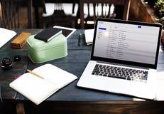 Concept en ligne de transmission de messages d'email de correspondance de communication photographie stock libre de droits