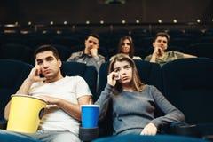 Concept ennuyeux de film, film de observation de couples image libre de droits