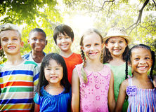 Concept ensemble de sourire de bonheur d'amitié d'enfants Photographie stock
