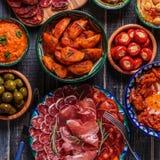 Concept espagnol typique de tapas, style rustique, vue supérieure Photographie stock libre de droits