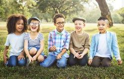 Concept espiègle à la mode d'enfants d'enfants de loisirs d'amitié Photo libre de droits