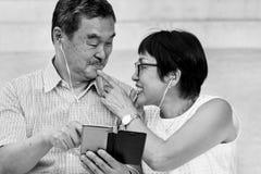 Concept espiègle d'écouteurs supérieurs pluss âgé de couples Images libres de droits