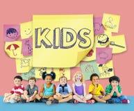 Concept espiègle d'enfance de plaisir de bonheur d'enfants Photographie stock libre de droits