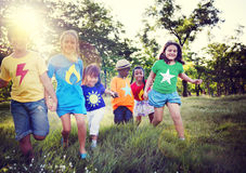 Concept espiègle de bonheur d'amitié d'enfants de diversité Images stock
