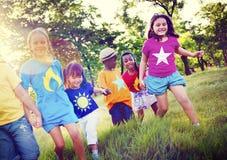 Concept espiègle de bonheur d'amitié d'enfants de diversité Photographie stock libre de droits