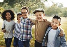 Concept espiègle de bonheur d'unité d'amitié d'enfants Photos libres de droits