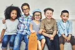 Concept espiègle de bonheur d'unité d'amitié d'enfants Photos stock
