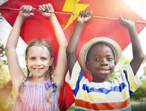 Concept espiègle de cerf-volant de vol d'unité d'amitié d'enfants Images stock