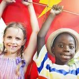 Concept espiègle de cerf-volant de vol d'unité d'amitié d'enfants Photos stock