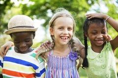 Concept espiègle de progéniture de nature de filles de garçons d'amis d'enfant Photographie stock
