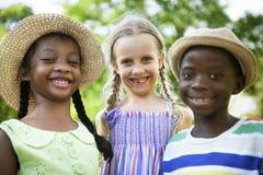 Concept espiègle de progéniture de nature de filles de garçons d'amis d'enfant Image stock
