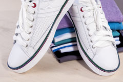 Concept et idées Paires de nouveaux tennis blancs à la mode en franc Photos stock
