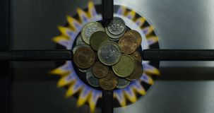Concept et pièces de monnaie d'économie de gaz sur un fourneau brûlant en tant que tir de vue supérieure de l'épargne d'argent d' banque de vidéos