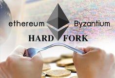 Concept ethereum hardfork, door Byzantium, ethereum Cryptocurrency wordt verdeeld die stock fotografie