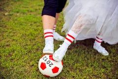 Concept européen de championnat du football Jeunes mariés sur le stade de football Photo libre de droits