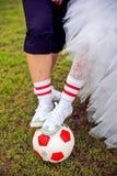 Concept européen de championnat du football Jeunes mariés sur le stade de football Image libre de droits
