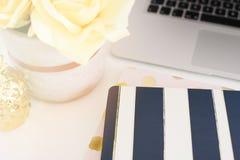 Concept féminin de lieu de travail Espace de travail confortable de féminité de mode indépendante avec les fleurs, carnets de ray Image stock