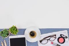 Concept féminin de lieu de travail Articles sur le fond blanc, vue supérieure Image libre de droits