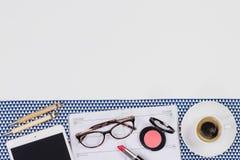 Concept féminin de lieu de travail Articles sur le fond blanc, vue supérieure Images libres de droits