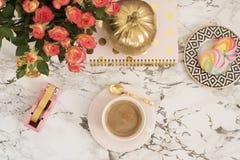 Concept féminin de lieu de travail L'espace de travail indépendant dans l'appartement étendent le style avec du café, les fleurs, Image libre de droits