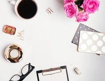 Concept féminin de lieu de travail : le cofee, les roses et le petit or colorent le C.A. Photos stock