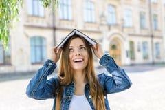 Concept facile de marque de personnes de bourse d'expression du visage géniale drôle scolaire d'émotion excellent bon Fermez-vous photos libres de droits