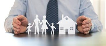 Concept familie en huisverzekering stock afbeeldingen