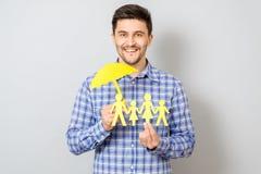 Concept familieverzekering met paraplu die een familie beschermen Stock Fotografie