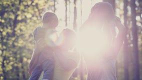 Concept familiewaarden en geluk - jonge familie met twee k Stock Foto's