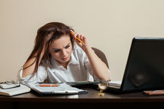 Concept fatigué de femme comptable de jeune femme Photographie stock