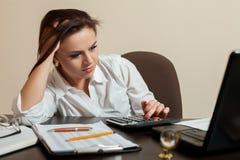 Concept fatigué de femme comptable de jeune femme photo libre de droits