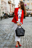 Concept femelle de mode Plein portrait extérieur de corps d'une jeune belle femme à la mode sûre d'affaires posant dessus Photos libres de droits