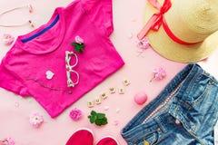 Concept femelle de planification pour l'habillement et les accessoires de voyage d'été Style de mode - le T-shirt, denim court-ci Photos libres de droits