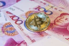 Concept financier avec Bitcoin d'or au-dessus de facture chinoise de yuans Photographie stock
