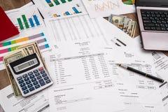 Concept financier avec l'ordinateur portable, le dollar et le rapport de gestion, le stylo-plume et la calculatrice Photo stock