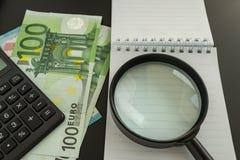 Concept financier comme loupe sur la pile d'euro billets de banque Images libres de droits