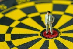 Concept financier de buts d'affaires en tant qu'homme d'affaires miniature courageux Photo stock