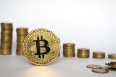 Concept financier de croissance avec l'échelle de Bitcoins sur le fond blanc, argent virtuel photo libre de droits