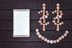 Concept financier de r?ussite Smartphone et les pièces de monnaie ont formé un emoji de Smiley Face sur la table Jour chanceux Af photographie stock
