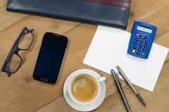 Concept financier : Opérations bancaires d'Internet avec le téléphone portable Images stock