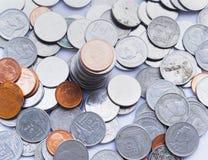 Concept financier : une pile des pièces de monnaie faites d'or et argent images stock