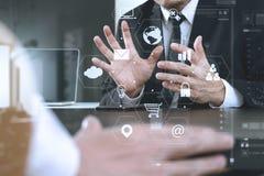 concept fonctionnant de réunion d'équipe de Co, homme d'affaires utilisant le téléphone intelligent Images libres de droits