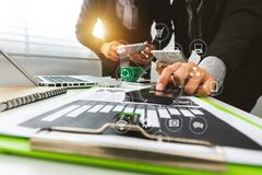 Concept fonctionnant de réunion d'équipe, homme d'affaires utilisant le téléphone intelligent et ordinateur portable et tablette  image stock