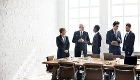Concept fonctionnant de stratégie de discussion de réunion de groupe d'affaires Image stock